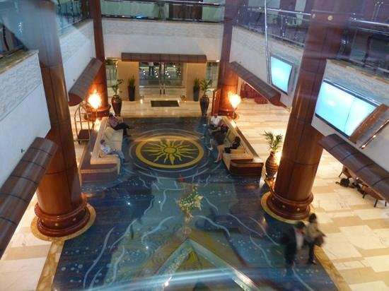 Grand Excelsior Hotel:                   centrale hal, Dhow Palace