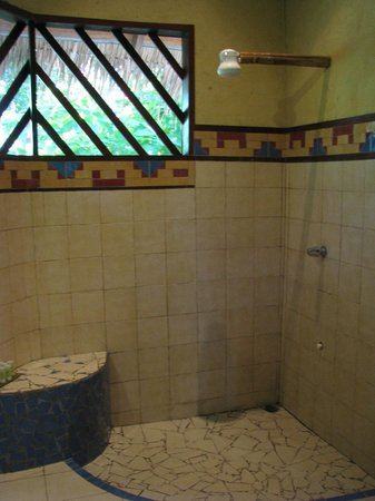 Hotel Shawandha Lodge: The bathroom