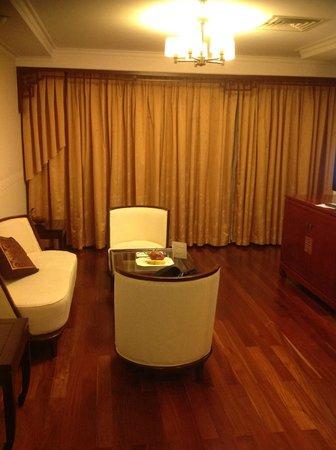 Rex Hotel:                   部屋のタイプによってはソファーとテーブルがあります