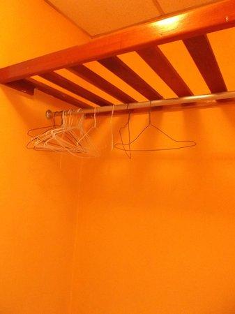 Hotel Dos Continentes:                   Quelques cintres dans la chambre 610 - 3 février 2013.