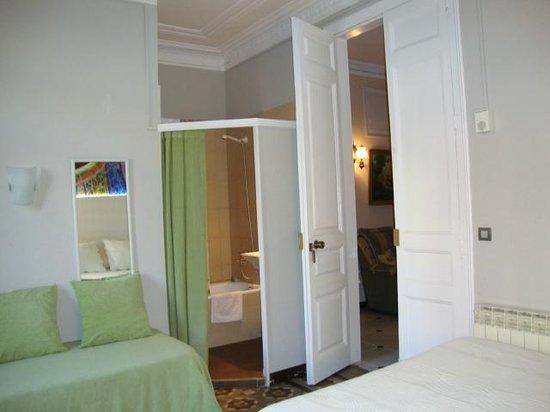 Hostal Fontanella: Habitacion cuadrúple con ducha (no wc), exterior con gran balcón