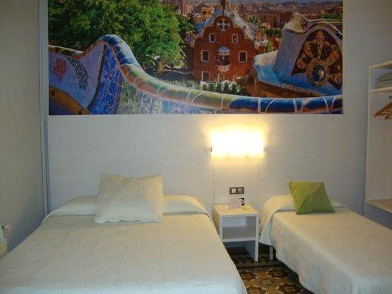 Hostal Fontanella: Habitación cuapdrúple con ducha (no wc) exterior, con gran balcón.