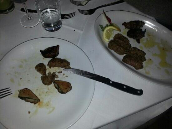 Ca' Maddalena :                   salciccia e fegatini con alloro e rete di maiale