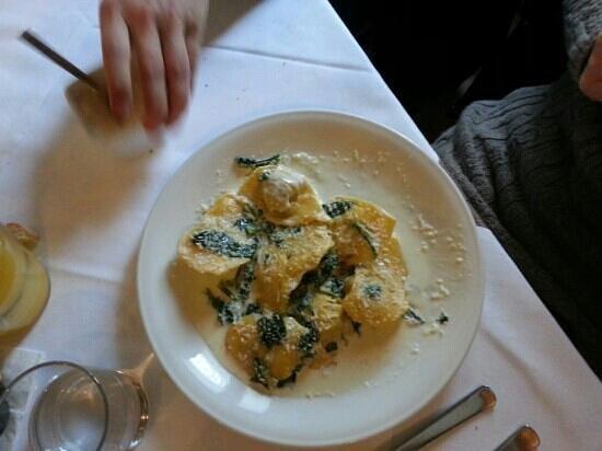 Ca' Maddalena :                   cappellettoni ripeni di carne con gorgonzola ed erbette