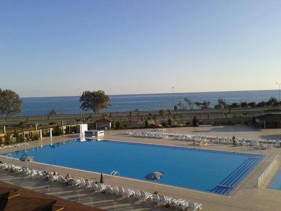 Xeno Eftalia Resort Hotel:                                     vue d'un balcon, piscine et mer