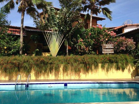 Pousada Xama: The pool area is green and lush