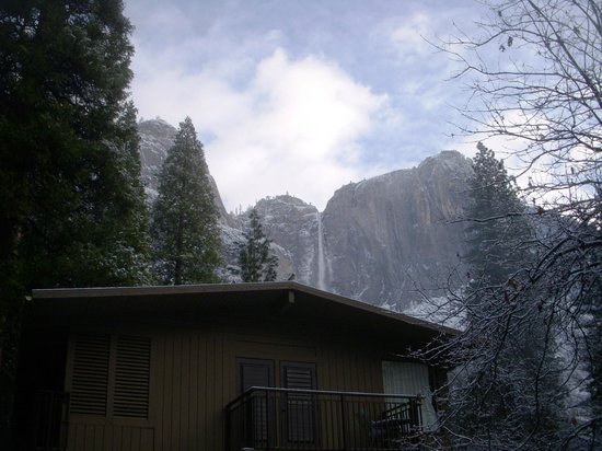Yosemite Valley Lodge: Outside our room