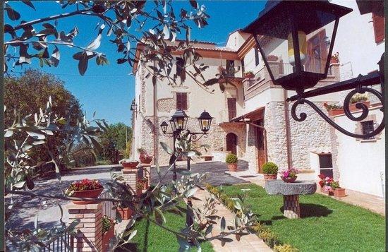 Fara in Sabina, อิตาลี: Facciata del borgo storico e entrata all'agriturismo Santo Pietro