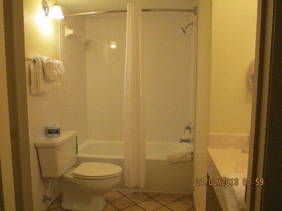 Oceanside Inn:                                     bathroom