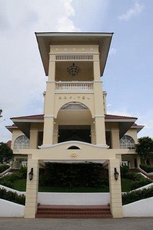 Sofitel Phnom Penh Phokeethra: entrance to hotel