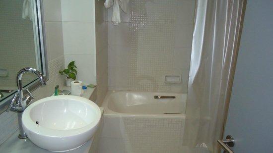 BelAire Bangkok Sukhumvit: bathroom