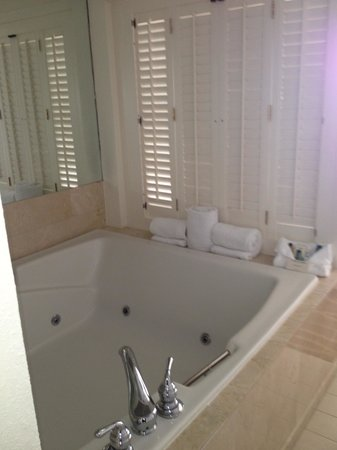 Hilton Key Largo Resort:                   Large hot tub in room