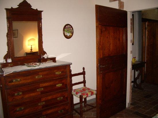 Agriturismo Sorbigliana: la camera con il cassettone antico