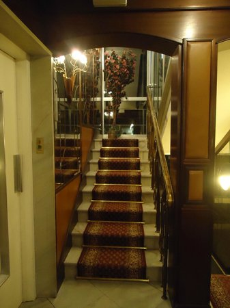 Hotel Alfa Muenchen: Stairs leading up to the rooms