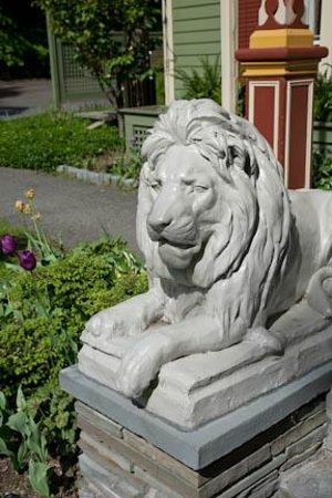 Landmark Inn: Dual lions greet you