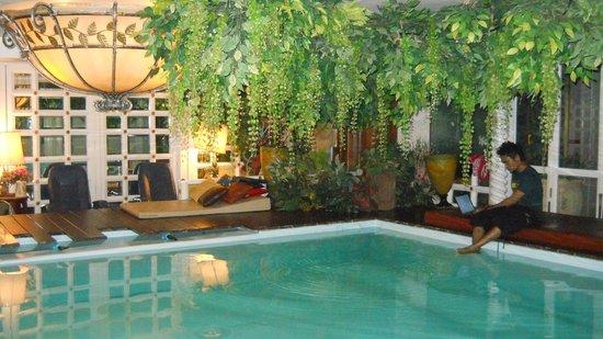 Diamond City Hotel: the pool at night