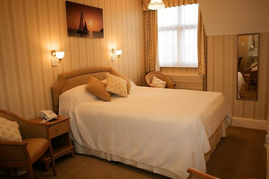 Chudleigh: Family room - 2nd floor - bath room + shower room - 1 Large double bed & 1 Single bed