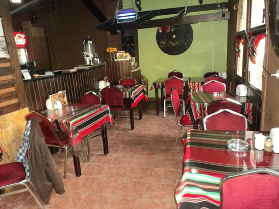 Queen Ayola Hotel: Hotel restaurant and common area