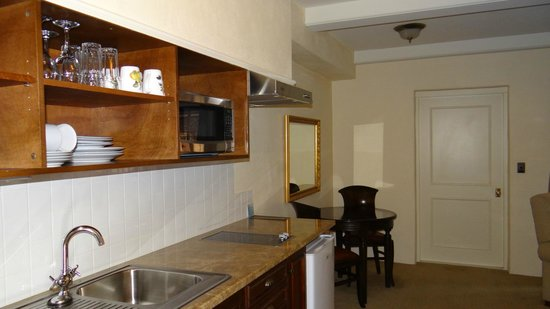 Grand Mercure Nelson Monaco Apartments:                   The well equipped kitchen