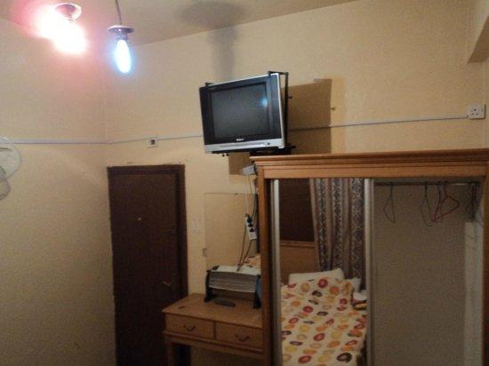 Queen Ayola Hotel: Shared bathroom room