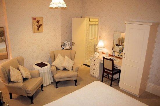 Chudleigh: Double/Twin room - First floor - Bath/Shower room