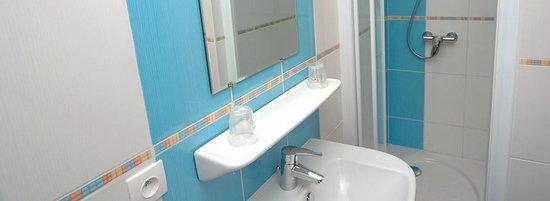 Le Volney: Salle de bains chambre 207