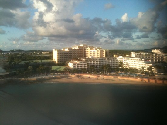 Sonesta Maho Beach Resort & Casino: View from plane, higher building