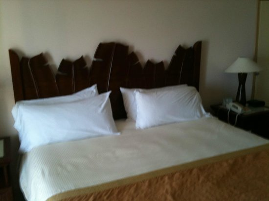 Sonesta Maho Beach Resort, Casino & Spa: King bed