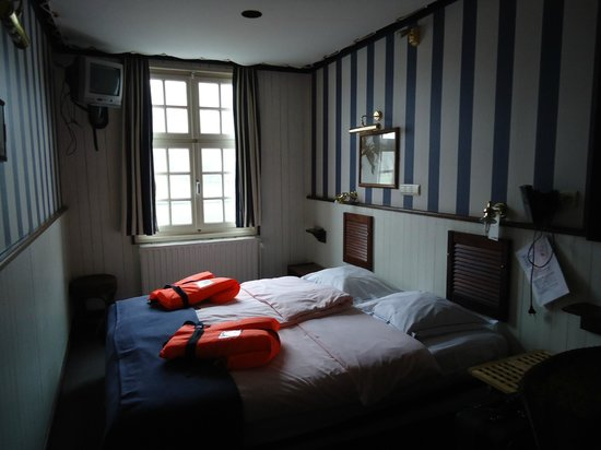 De Barge Hotel: Our unique boat themed room complete with life preservers