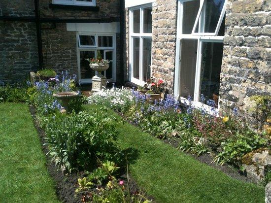 Bridgefoot House: Garden outside dining room