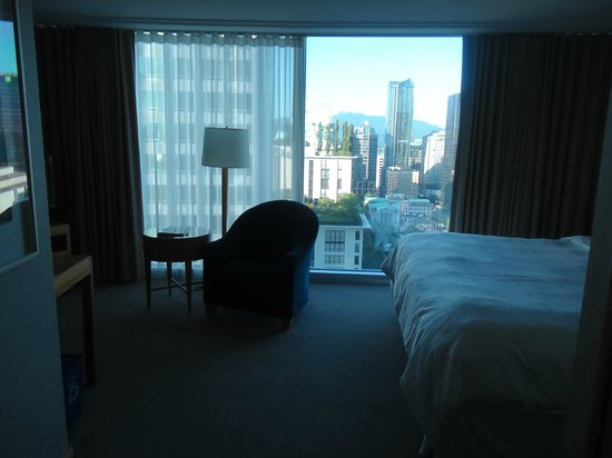 Sheraton Vancouver Wall Centre: Inside the room