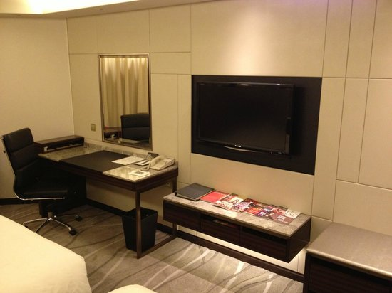 InterContinental Grand Stanford : TV and Desk