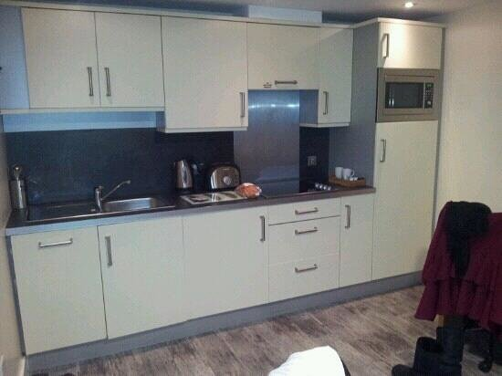 Roomzzz Leeds City West:                   Leeds City West Kitchen