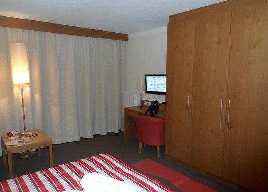 Hotel Wöscherhof:                   Schrank und TV