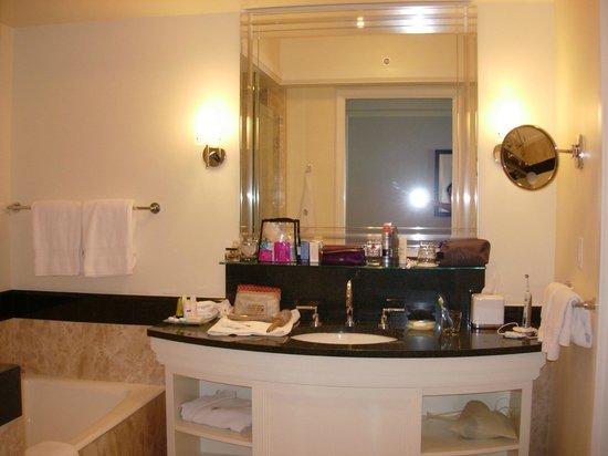 Four Seasons Hotel Miami: Bathroom