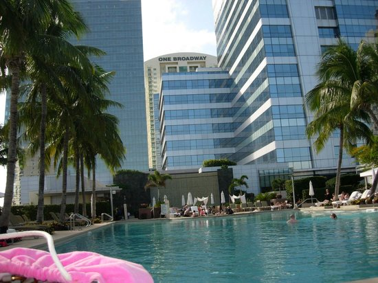 Four Seasons Hotel Miami: View of hotel from pool