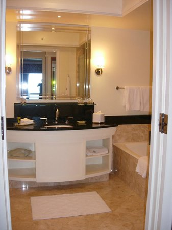Four Seasons Hotel Miami : Marble bathroom