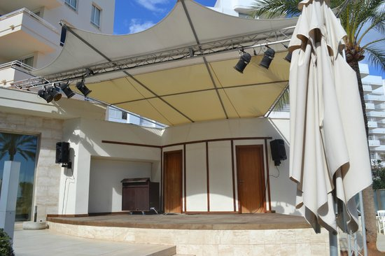 Playa Dorada Aparthotel: The stage from up close