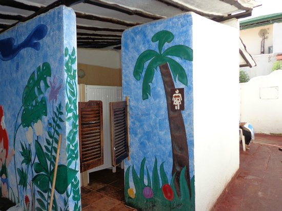 Isla Caribe Beach Hotel:                   Baño (detras está el servicio médico)