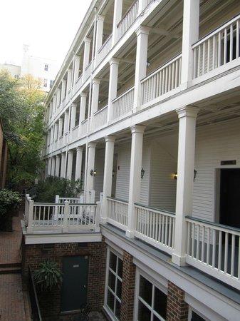 Linden Row Inn:                   Cour