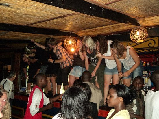 Shoestrings Backpackers Lodge: Party time