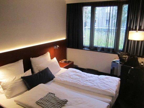 Hotel MANI:                                     Chambre - allumée même en journée