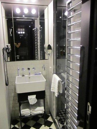 Hotel MANI:                                     Salle de bains, petite mais fonctionnelle