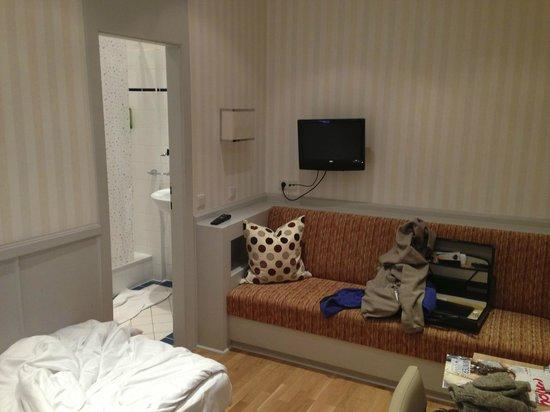 Kaerntnerhof : Bed, sofa, desk, bathroom. A basic single room at the Kärntnerhof.