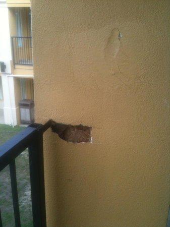 Lincoln Inn & Suites : Outside falling apart