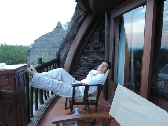 Serengeti Serena Safari Lodge: Relaxing with a view before dinner