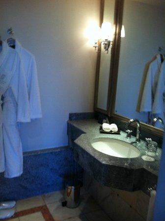 Tiara Chateau Hotel Mont Royal Chantilly:                   Badrummet