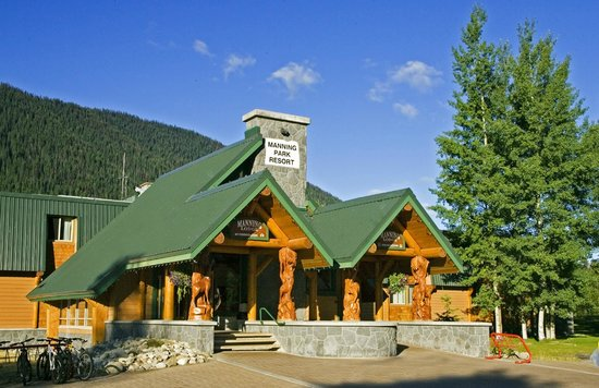 Manning Park Resort: Main Lodge Exterior