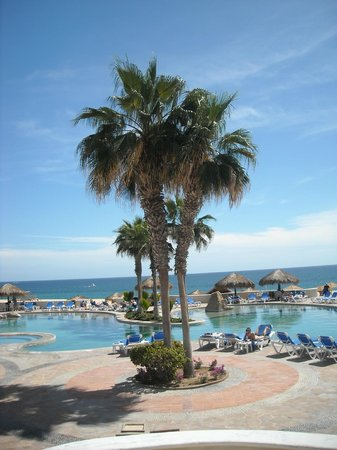 Sandos Finisterra Los Cabos:                   Looking across the pool next to the beach to the pacific