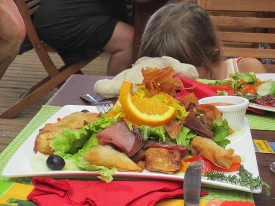 La Petite Vague:                                     Une assiette pour un bon repas